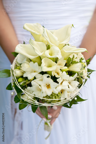 white wedding flowers in bride's hands