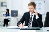 businessmann macht sich notizen