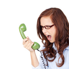 wütende frau schreit ins telefon