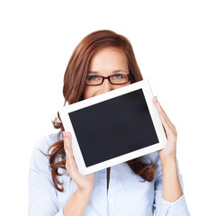 lachende frau zeigt tablet