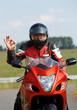 Motorradfahrer gibt ok-Zeichen