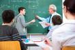 Studenten mit dem Dozenten im Klassenraum