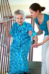 Seniorin beim Treppensteigen