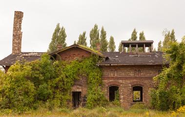 Das Haus mit dem alten verfallenen Schornstein