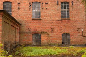 Die alte halb verfallene Fabrikhalle