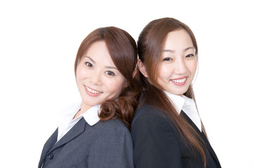 女性二人が背中合わせで笑顔