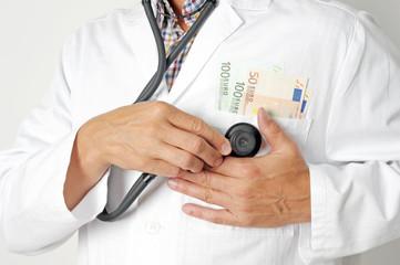 Arzt hält Hand auf Tasche mit Geld