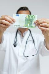 Arzt mit Bargeld