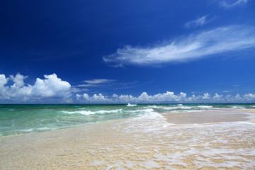 白い波と夏の空