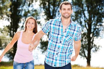 Glückliches Paar in freier Natur