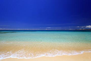 コバルトブルーの美しい海と紺碧の空