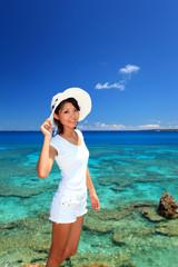 美しいサンゴ礁の海と笑顔の女性