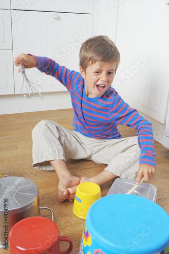 Kind trommelt wild