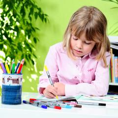 Schule - Kind beim malen - lernen