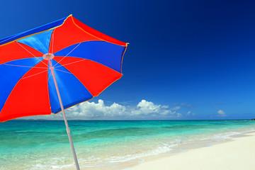 ビーチパラソルと青い空