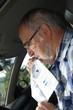 conducteur senior soufflant dans un éthylotest