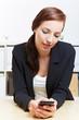 Geschäftsfrau mit Smartphone im Büro