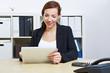 Geschäftsfrau im Büro mit Tablet Computer