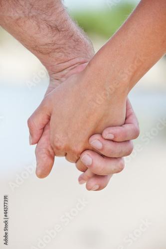 Paar hält die Hände bei Spaziergang