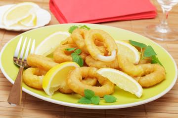 Gebackene Tintenfischringe mit Zitrone