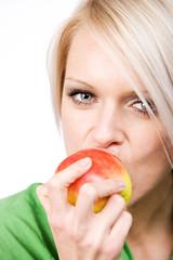 In den Apfel beißen
