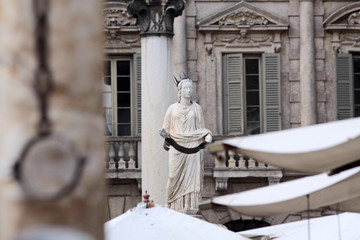 Madonna Verona und alter Pranger