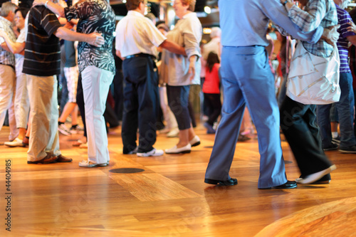 Canvas Dans Many happy senior couples in love dancing on wooden dance floor.