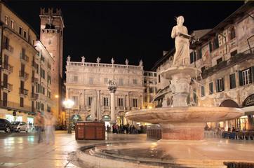 Piazza delle Erbe in Verona bei Nacht