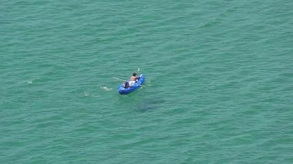 canotto in mezzo al mare