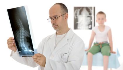 Arzt mit Befund Skoliose