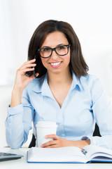 glückliche businessfrau telefoniert