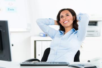 glücklich entspannte geschäftsfrau