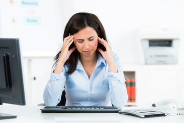 überarbeitete frau mit migräne