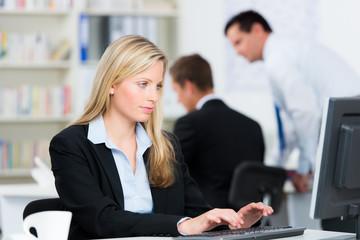 junge mitarbeiterin arbeitet am computer