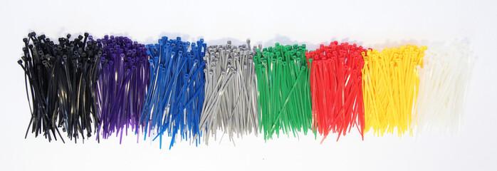 Lacci di plastica colorati su sfondo bianco