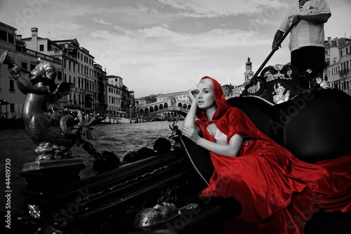 Staande foto Foto van de dag Beautifiul woman in red cloak riding on gandola
