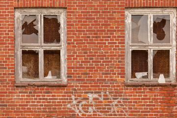 Ein Fenster in einer alten verfallenen Mauer