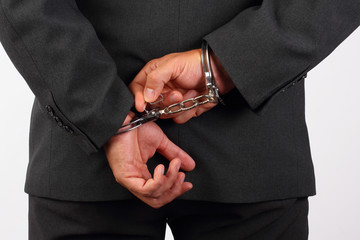 Manager versucht Handschellen zu lösen