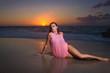 Ragazza adagiata sulla riva al tramonto