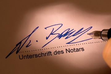 Unterschreiben eines notariellen Vertrages