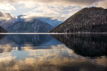 Reflejo sobre fiordo noruego