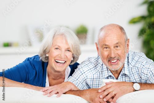 glückliches älteres ehepaar zu hause