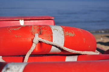 Dettaglio di un salvagente rosso sulla spiaggia