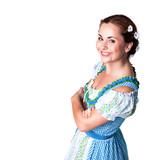 junge brünette Frau im Trachtenkleid