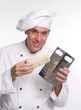 Cocinero chef sujetando un trozo de queso parmesano.cocinando