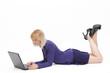 Frau liegend mit Laptop