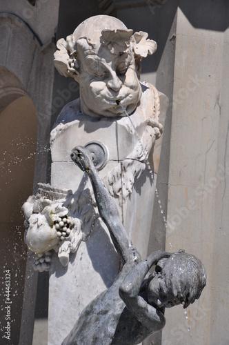 Leinwanddruck Bild Erfrischung im Sommer – Brunnen mit Wasserspiel in München
