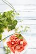 Tomatensalat und frische Kräuter von oben