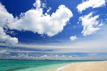 水納島の美しいビーチと空に浮かぶ白い雲