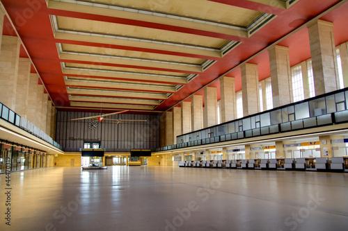 Leinwanddruck Bild HDR - Abflughalle Tempelhof